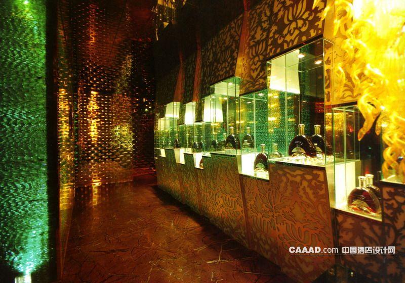 过道酒展示柜玻璃反光墙大理石地地面吊灯效果图