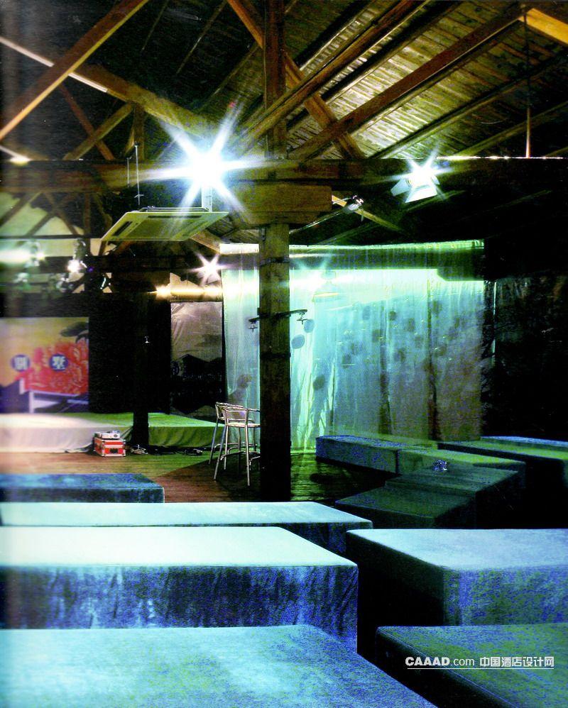 中式风格大厅木质天花板木质地板表演台射灯长条无靠背沙发纱幔单人椅