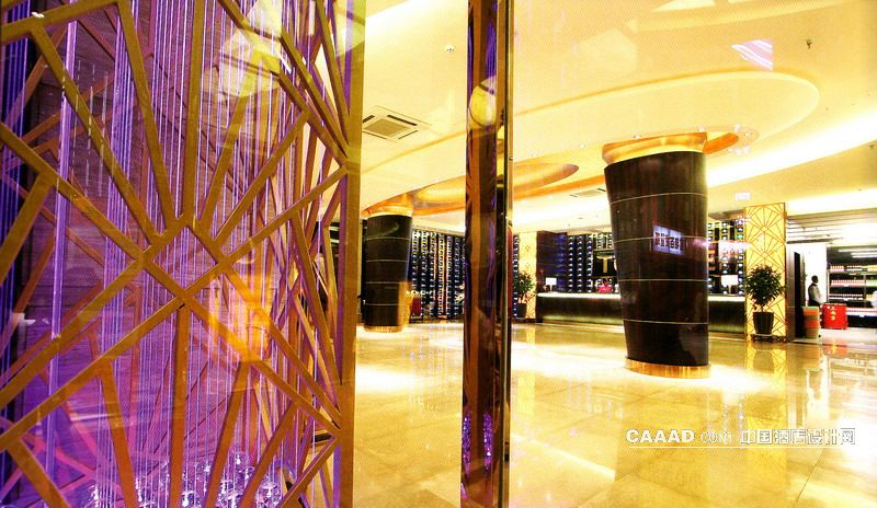 中国酒店设计网 装修效果图 >> 大堂(一角)大理石地板圆形木质柱子