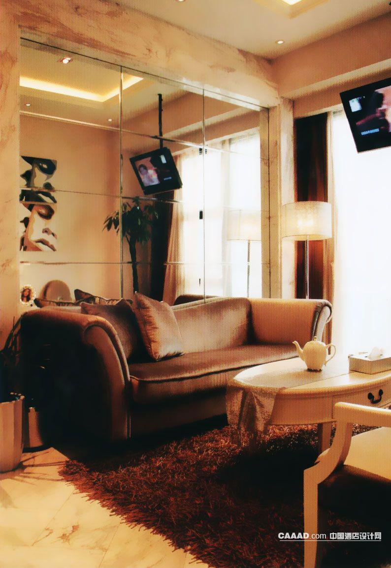 休闲区休息区沙发电视墙面玻璃挂画圆形木桌地毯台灯