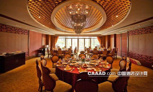 中国酒店设计网 装修效果图 >> 中餐包房宴会包间欧式吊灯天花椅子