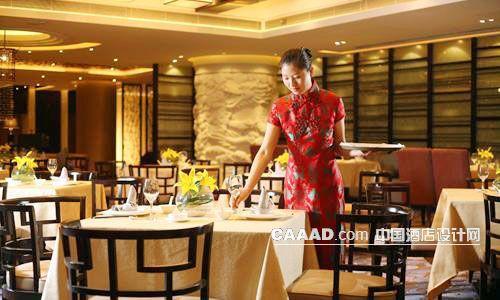 中式餐厅柱子浮雕插花餐桌椅子服务生