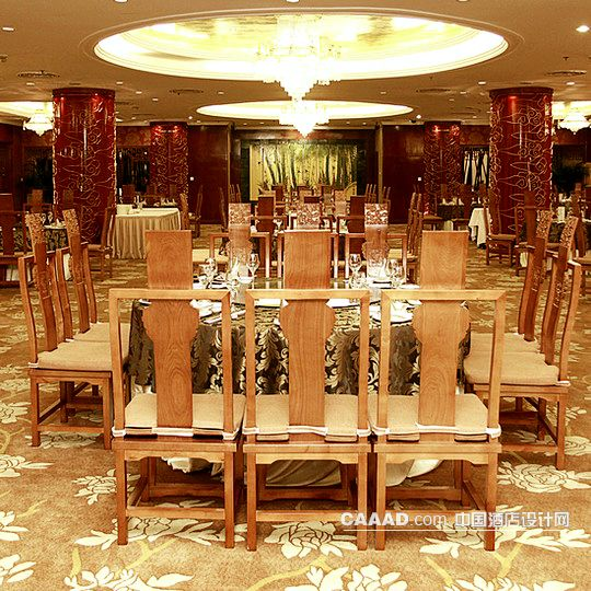 中式餐厅地毯古典花纹餐桌雕花椅子柱子
