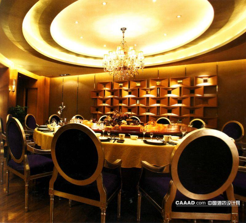 餐厅包房木质地板水晶吊灯餐桌餐椅壁灯造型背景墙