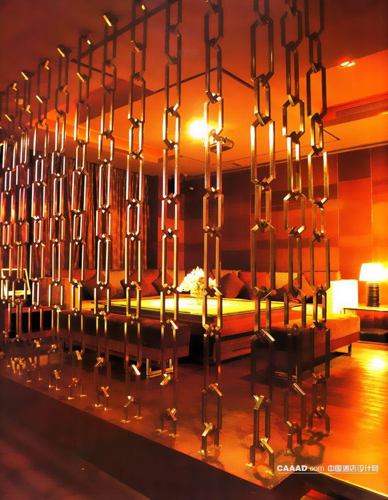 包房木质地板木质背景墙沙发桌子镂空隔断台灯效果图