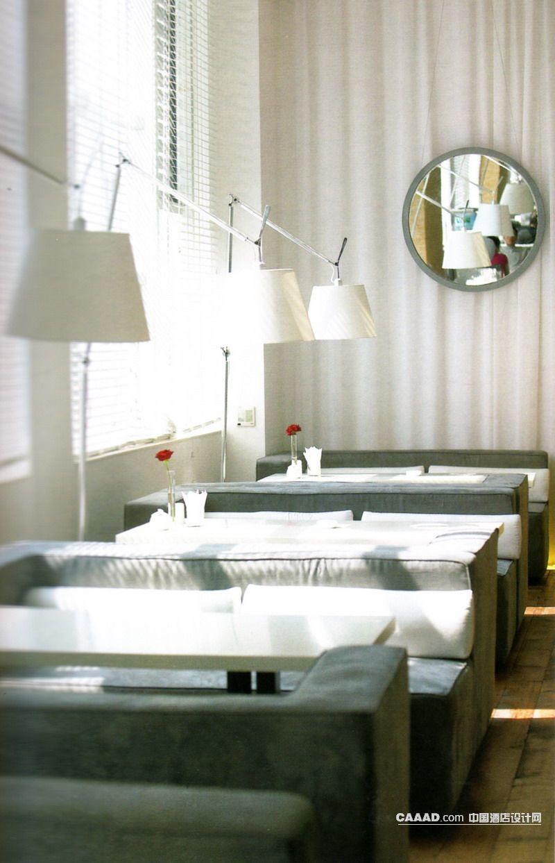 欧式风格餐厅吧区(一角)窗帘沙发桌子落地灯镜子百叶