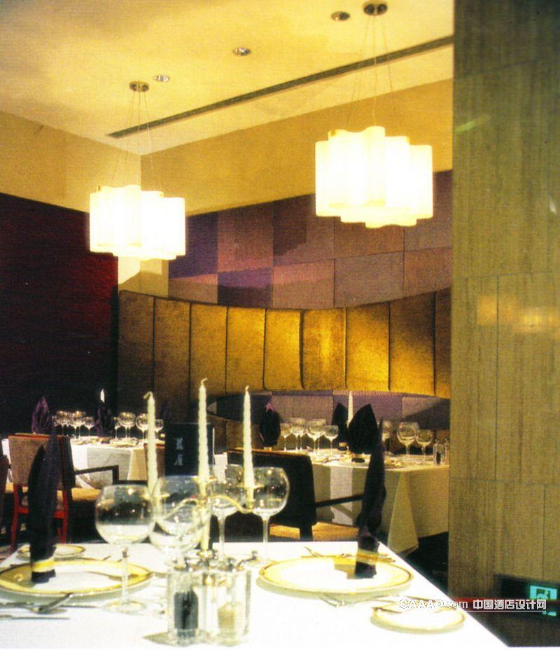 软包墙壁墨绿色丝绒靠背吊灯餐桌餐椅原木隔断烛台