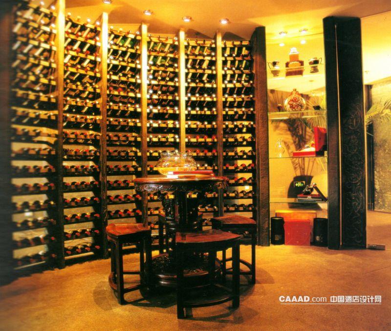 中國酒店設計網 裝修效果圖 >> 中式風格休息區木質酒架背景墻展示柜