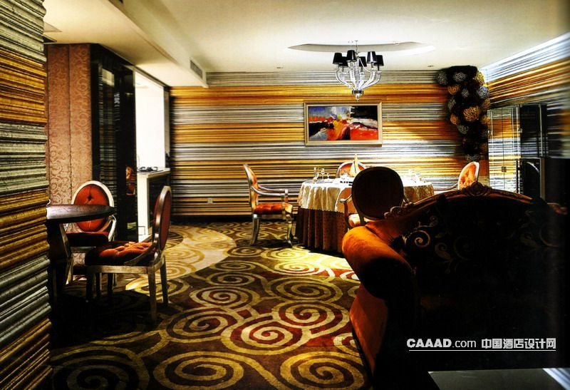 欧式新古典风格餐厅包房地毯餐桌餐椅挂画背景墙吊灯