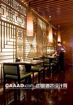 餐厅(一角)吊灯餐桌餐椅木格窗花背景墙木质地板服务