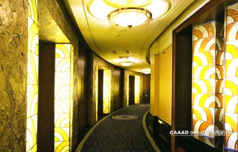 中国酒店设计网 装修效果图 >> 通道走廊天花造型灯门柱地毯装修效果