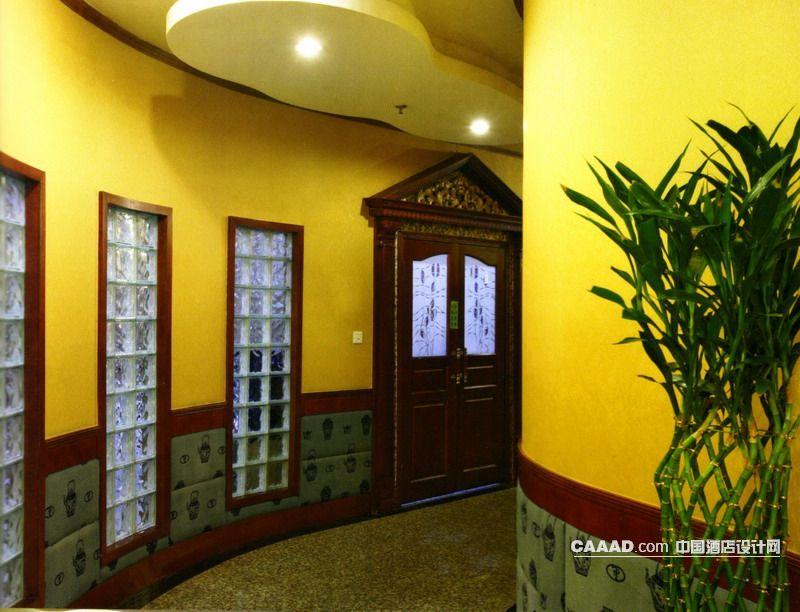 包房客房走廊通道墙面瓷砖暗红色木条花纹方格玻璃窗装饰装修效果高清图片