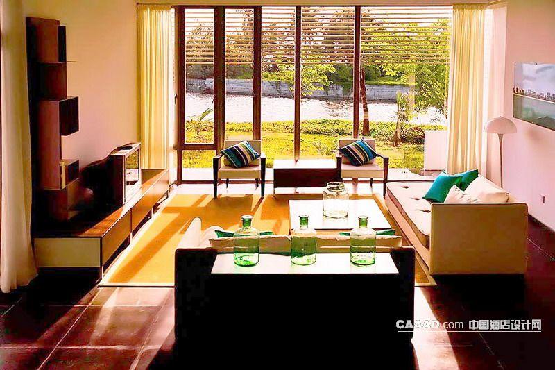 套房客厅沙发桌子电视挂画落地玻璃窗地毯落地灯窗帘