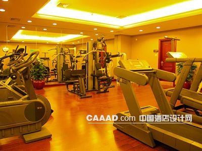 健身中心健身房器械天花造型木地板镜子效果图