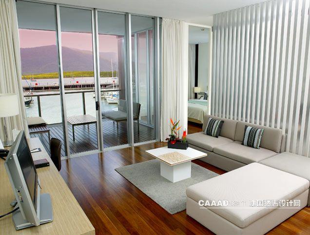 度假套房可以木质地板沙发阳台隔断效果图