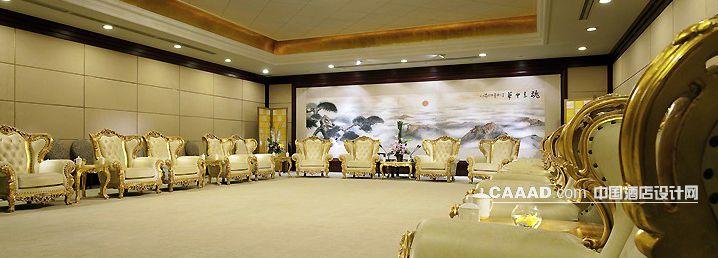"""郑州索菲特国际饭店,1999年开业,位于郑州市金水区商业中心,是一家法国合资五星级豪华酒店,由法国雅高国际酒店集团管理。酒店设计温馨舒适,因拥有充满自然景观的大堂而蜚声海内外。2006年酒店重新装修开业。 郑州索菲特国际饭店,是河南省郑州市一家五星级酒店,开业迄今,成功接待了众多国家的政界要人及王室成员, 被中外酒店杂志评为""""中外酒店白金奖-十大最受欢迎酒店""""屡获包括福布斯中文版颁发的""""全国最佳商务酒店50强""""、大河报颁发的""""游客满意的十佳饭店&"""