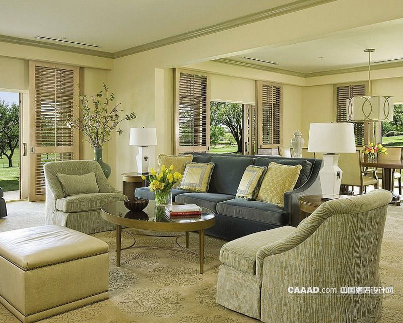 套房客廳沙發玻璃桌沙發凳地毯臺燈效果圖