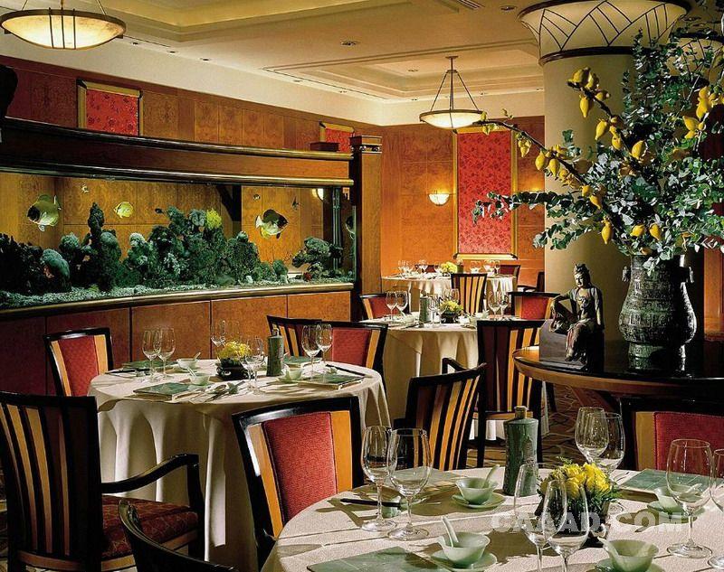 中国酒店设计网 装修效果图 >> 餐厅餐桌餐椅雕塑鱼缸吊灯装修效果图