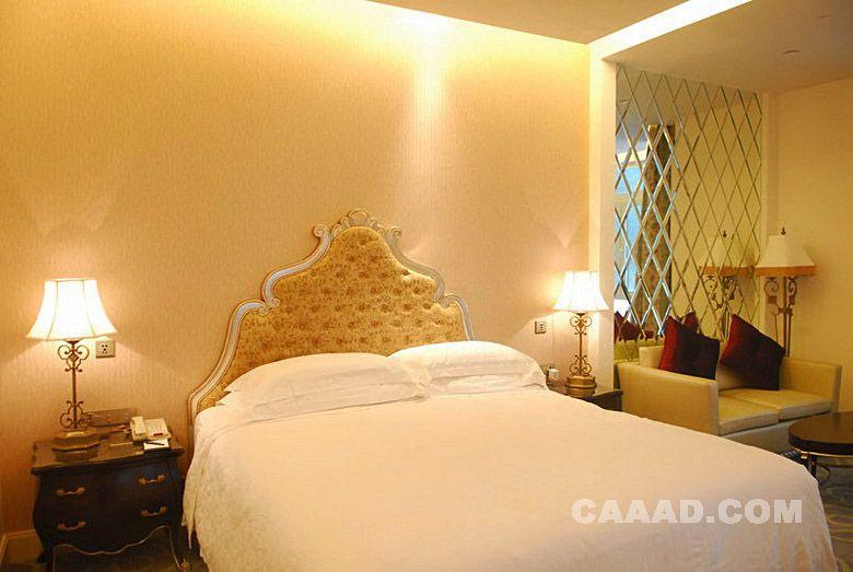 欧式风格豪华房床镜面背景墙沙发造型台灯床头柜效果