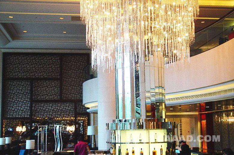 相关大堂吧吊顶镂空背景墙镜面柱子大型水晶吊灯效果图欣赏图片