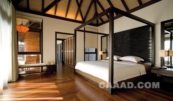 中国酒店设计网 装修效果图 >> 酒店套房卧室 木质地板 床 吊顶装饰
