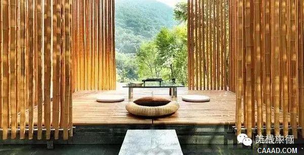 """设计特色   竹屋有6间卧室,二层有2间卧室,带有独立卫生间。纤纤细竹隔出的""""茶室""""是竹屋的点睛之笔,六面皆竹,透过竹缝可见长城的烽火台。""""茶室""""有十多平方米,悬于水上,极具禅意。开放式的厨房外,两个客厅互通互连。其中一个客厅坐落在山野间,落地的玻璃窗与窗外的水草树木紧紧相依。客厅的一面墙由鸭绒垫做成,将夏季酷热和冬季苦寒远远隔在墙外。屋内有两条石板桥,其中之一通往 """"茶室"""",另一条则连接到饭厅和通往下面客房的走廊。"""