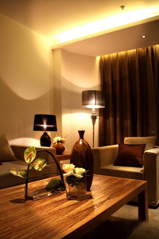 套房客厅桌子台灯花瓶沙发插花效果图